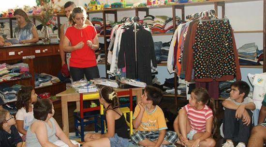Roda Viva - Loja Social entrega conjuntos de material escolar a cerca de 80 crianças