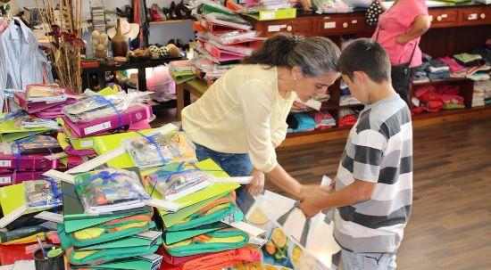 Loja Social entrega material escolar a 80 crianças e jovens do município